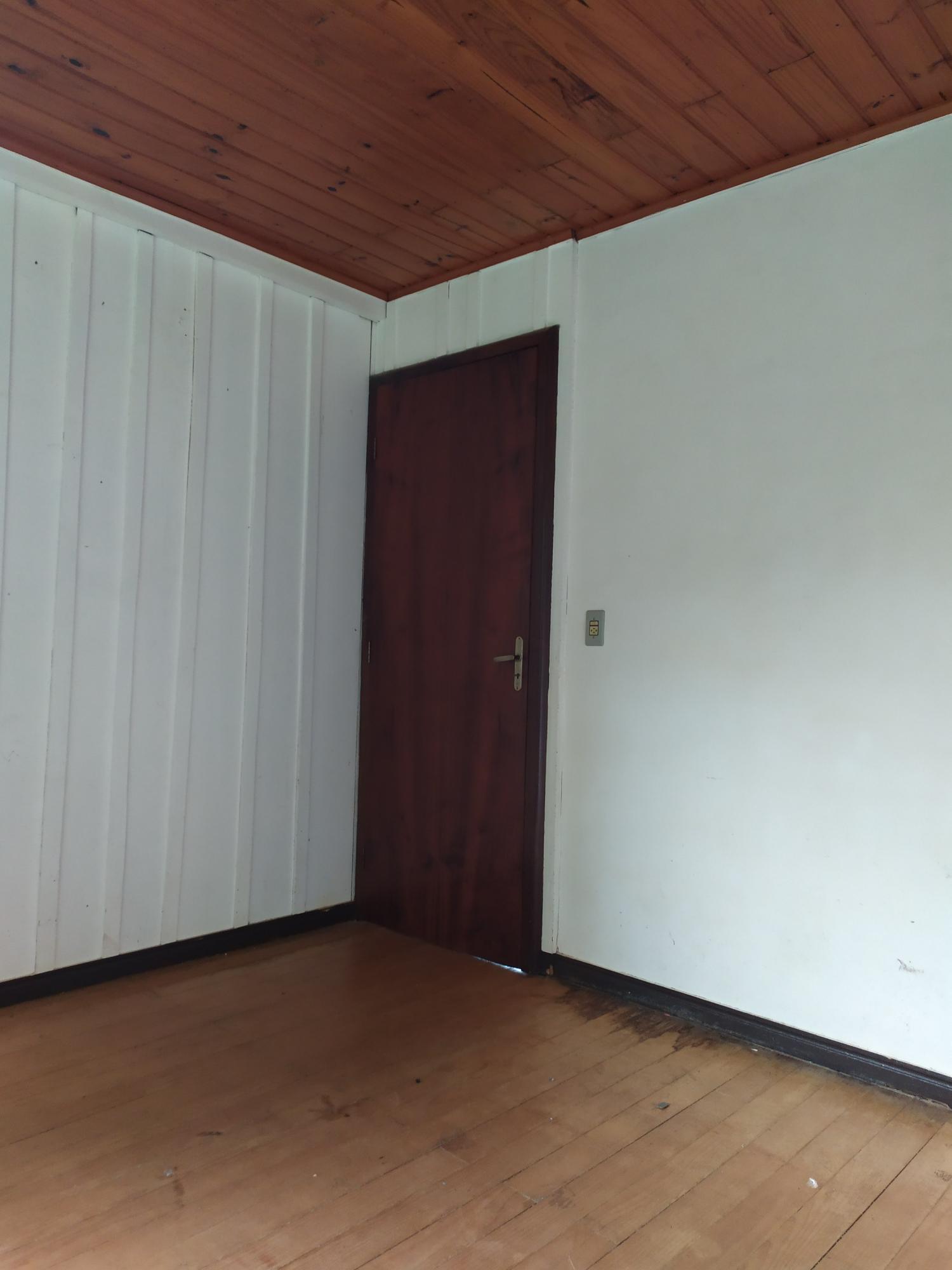 Aluga-se residência em madeira no Centro